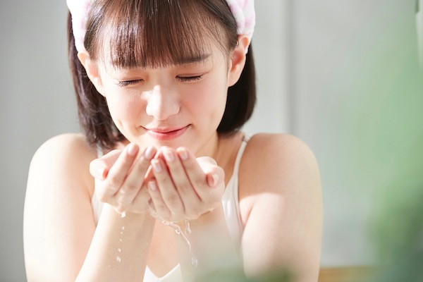 ぬるま湯で洗顔をしている10代女子